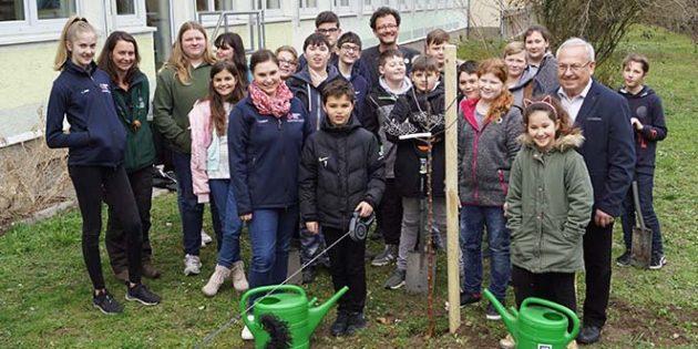 Dank einer Pflanzaktion der Schutzgemeinschaft des deutschen Waldes steht nun eine Goldparmäne auf dem Gelände der Realschule Plus Eich.