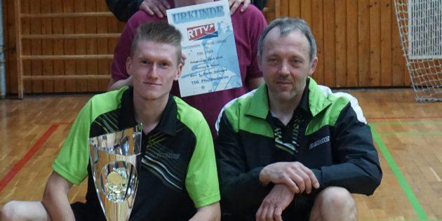 Erfolgreich abgestaubt: Meisterschaft und Pokal für den TSG Pfeddersheim.