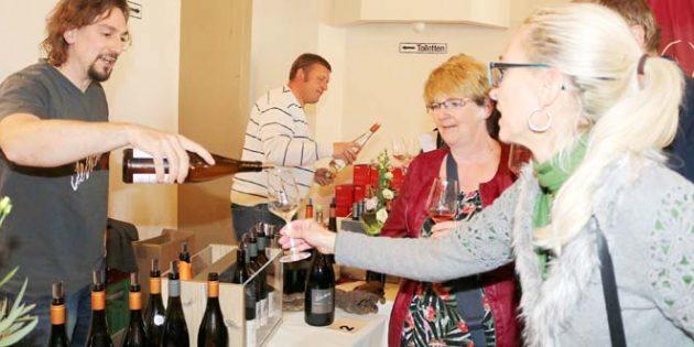 Mit Sebastian Hofmann war auch ein rheinhessischer Winzer zu Gast auf der Bockenheimer Weinmesse. Foto: Julia Helwig