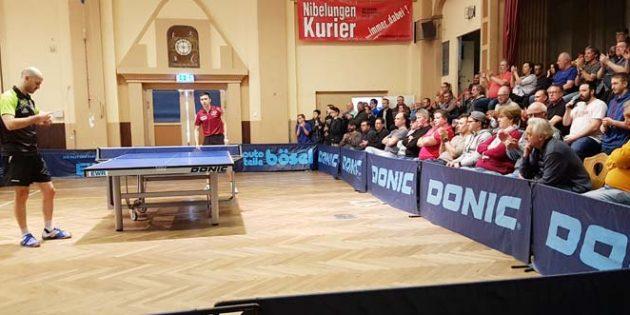 Leiselheims Topspieler Constantin Cioti und der erst 16-jährige Kay Stumper ziehen die zahlreichen Tischtennis-Fans fünf spannende und hochklassige Sätze lang in ihren Bann. Am Ende hat der deutsche Jugend-Nationalspieler des SV Salamander Kornwestheim knapp den Schläger vorn.