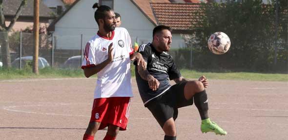 Leichtes Spiel hatte nicht nur Feimi Osmanoglu(re) im Zweikampf gegen Osmann Razzaq(Li), sondern das ganze Team von Tabellenführer SV Pfeddersheim beim 5:0 Sieg gegen Kickers Worms. Foto: madi