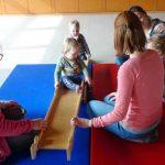 """Die kleinen Teilnehmer des """"Eltern Kind Turnen"""" freien sich über die neuen Turngeräte."""