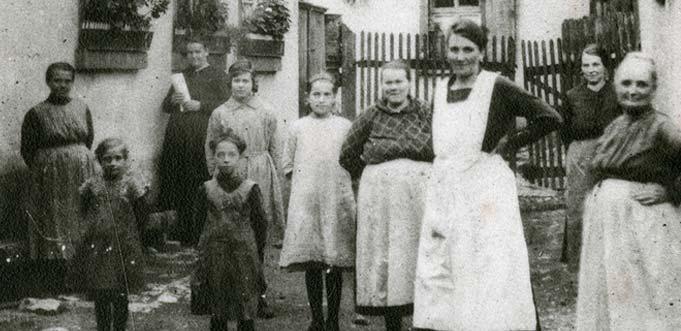 Ein Foto vom Anfang des 20. Jhds, das Abenheimer Frauen und Kinder vor ihren Häusern zeigt. Foto: Stadtarchiv Worms/006/13.