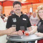 Robert Geiser, Klaus Karlin und Monika Stellmann (von links) freuen sich über die sehr gute Resonanz beim Erdbeerfest.
