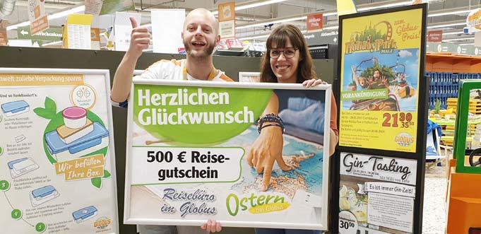 Robin Honacker von Globus Bobenheim-Roxheim mit der glücklichen Gewinnerin Maria Stein (von links).