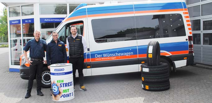 Von links: Geschäftsführer Marcus Mast bei der Übergabe der Reifenspende an Dirk Beyer vom ASB-Wünschewagen und Raphael Becker (Continental AG).