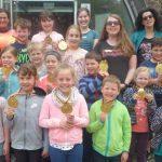 Zum Abschluss der Osterferienspiele im Nibelungenmuseum bekamen die teilnehmenden Kinder selbst geprägte Goldmedallien verliehen.