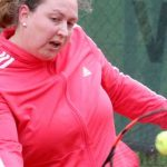 Rein mit dem Ding: Julia Renz, Spitzenspielerin der Damen 30 der TG Osthofen, entwickelt mit ihrer glatt durchgezogenen Rückhand mächtig Tempo und punktet so häufig direkt.  Foto: Marcus Diehl.