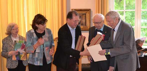 Ingrid Gerster und Dr. Jörg Koch (Mitte) ehren Alfred Pointner.