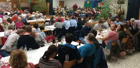 """Die Gäste bei """"Wine meets music"""" konnten den Abend mit Pfeddersheimer Weinen und Musik vom Katholischen Kirchenmuskiverein genießen."""