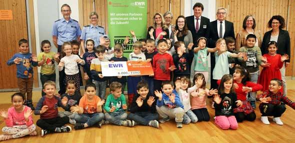 Die EWR AG und die Sparkasse Worms-Alzey-Ried übergeben 6.000 Euro zur Finanzierung  der Schulanfängeraktion der Verkehrswacht.