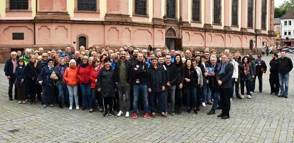 Mitarbeiter der Stadtverwaltung Waiblingen besuchen Worms. Bürgermeister Kosubek nimmt die Kollegen auf dem Marktplatz in Empfang.