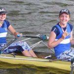 Die glücklichen Siegerinnen im Juniorinnen-Doppelzweier von links: Mareike Haderthauer und Antonia Flick