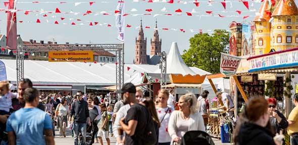 Der Wormser Pfingstmarkt lockt mit einer Mischung aus Gewerbeschau und buntem Rummel die Besucher auf den Festplatz. Foto: Bernward Bertram