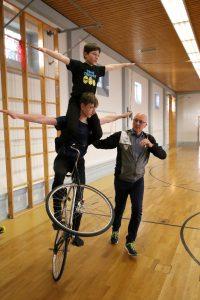 Mit der Hilfe des zweifachen Deutschen Vizemeisters Stefan Born als versierter Trainer hin zum Höhenflug: Untermann Julian Krückl (14) und Jonathan Elvers (11) stehen erst am Anfang einer aussichtsreichen Karriere als Kunstrad-Zweier. Foto: Felix Diehl
