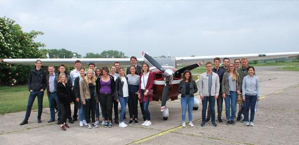 Die Teilnehmer des achten Schnupperflugtages am Flugplatz Worms.