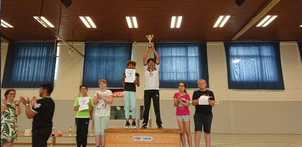 Neben den Völkerballspielen, die interessiert von den Mitschülern von der Tribüne aus verfolgt wurden, gab es ein Spieleangebot vor der Halle. Wer daran mit einer Laufkarte teilnahm, konnte am Ende einen Preis gewinnen.