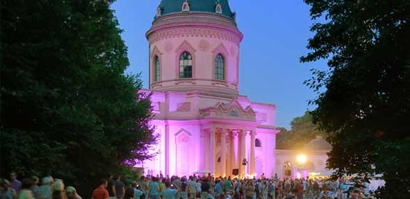 Flammenschalen, Illuminationen und Lampions verwandeln den romantischen Schlossgarten in ein zauberhaftes Open-Air-Ambiente.