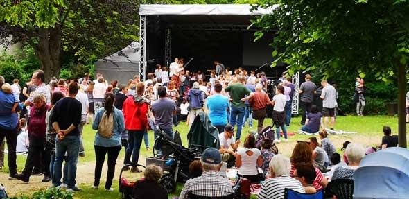 Fast 400 Gäste nutzten diesen Sommertag, um im Park zu picknicken, mitzusingen und den Impulsen zuzuhören.