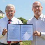 Armin Bork, Vorstandssprecher der Volksbank Alzey-Worms eG, KVG-Geschäftsführer Sascha Kaiser freuen sich über die gemeinsame Zusammenarbeit. Foto: Rudolf Uhrig