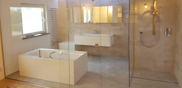 Die begehbare Dusche wird mit einer gläsernen Trennwand inklusive Schiebetür akzentuiert abgerundet. Foto: privat