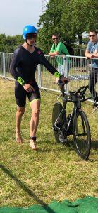 Tom Holzmann in der Wechselzone zum Radfahren.