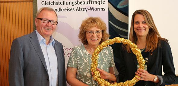Katharina Nuß (Mitte) reicht im Beisein von Landrat Ernst Walter Görisch das Frauenzeichen an ihre Nachfolgerin Dr. Vera Lanzen weiter.