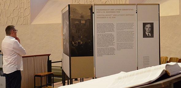 In der Ausstellung können die Besucher die Worte Luthers nachlesen.