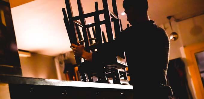 Die dunkle Seite einer Branche: In vielen Kneipen, Restaurants und Hotels wird noch immer der Mindestlohn unterlaufen. Die Gewerkschaft NGG fordert mehr Betriebskontrollen durch den Zoll. Foto: NGG