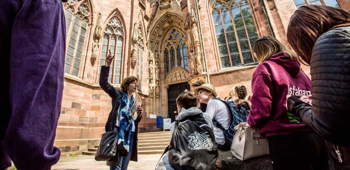Nibelungenführung vor dem Wormser Dom. Foto: Bernward Bertram