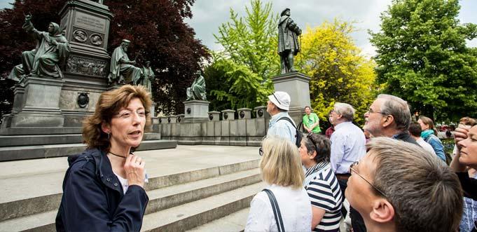 Themenführung vor dem Wormser Lutherdenkmal, dem zweitgrößte Reformationsdenkmal weltweit. Foto: Bernward Bertram