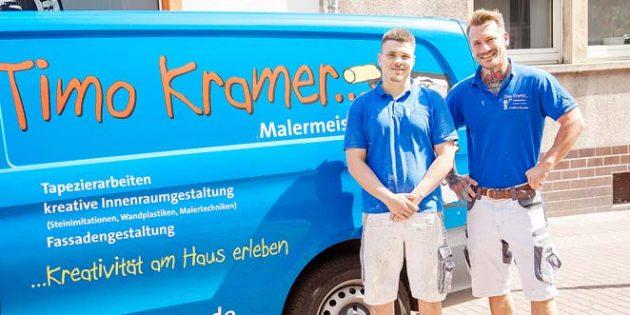 Neues festes Teammitglied: Axel Türk (links) hat seine Berufsausbildung bei Malermeister Timo Kramer erfolgreich bestanden und wird als Geselle übernommen. Foto: Ina Pohl