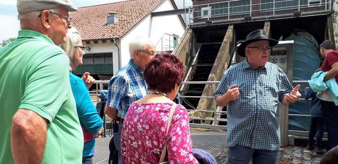 Interessiert lauschten die Teilnehmer der Exkursion den Ausführungen von Werkleiter Ralf-J. Schmidt.