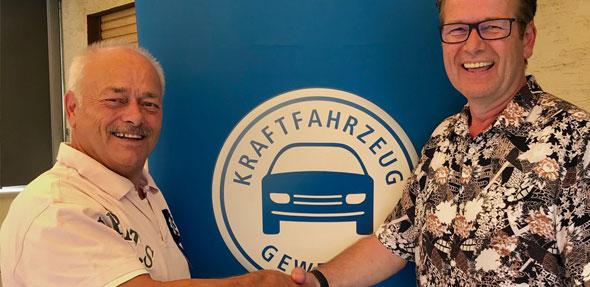 Kreishandswerkmeister Bernd Kiefer überreichte am 1. Juli im Namen der Kreishandwerkerschaft Alzey-Worms Geschenk und Gratulation an Kfz-Obermeister und stellvertretenden Kreishandwerksmeister Manfred Baier, der seinen 70. Geburtstag feierte.