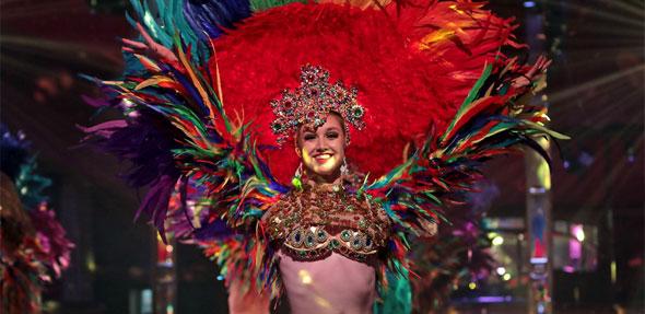 """""""So damn beautiful"""" sind nicht nur die Tänzerinnen, die mit ihren Kostümen zum glamourösen Markenzeichen des Radio Regenbogen Harald Wohlfahrt Palazzo avanciert sind, sondern auch Ambiente, Menü und Show. Foto: Christoph Bluethner"""