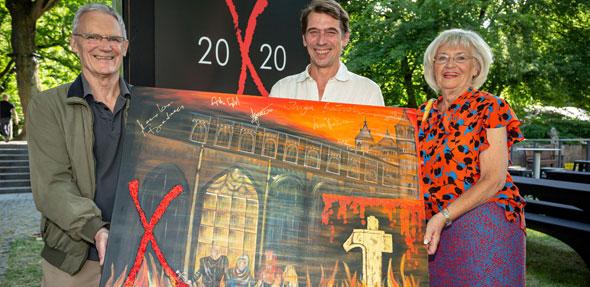 Bereits 750 Euro sind für das neue Nibelungenbild von Sieglinde Schildknecht (recht) geboten. Sie präsentiert ihr Werk stolz mit einem Teil des Festspiel-Ensembles (von links) Winfried Küppers (Frigga) und Alexander Simon (Siegfried). Foto: Bernward Bertram