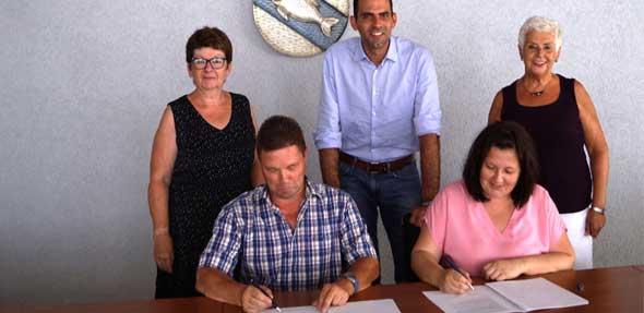 Heinz Reich (SPD) und Jaqueline Rehn (CDU) (sitzend) unterzeichneten im Beisein von SPD-Fraktionssprecherin Heike Reuper, VG-Bürgermeister Maximilian Abstein und CDU-Fraktionssprecherin Christine Müller (stehend von links) den Koalitionsvertrag für die nächsten fünf Jahre.