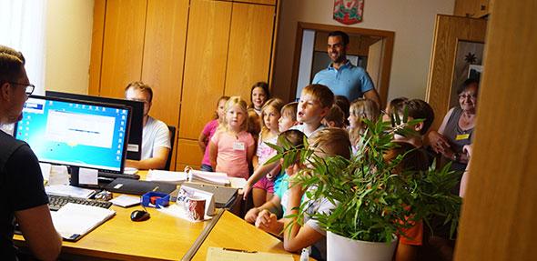 Die Idee der Landfrauen von einem Besuch in der VG Verwaltung kam bei den Kindern gut an.