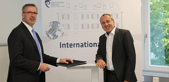 Wissenschaftsminister Konrad Wolf mit Hochschulpräsident Jens Hermsdorf bei seinem Besuch des neuen International House der Hochschule Worms (von rechts).