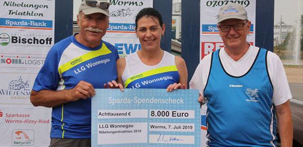 Die symbolische Check Übergabe durch Jessica Wellhausen (Sparda-Bank) an den 1. und 2. Vorsitzenden der LLG Wonnegau (Erich Siegmund links und Hans v. d. Heide).