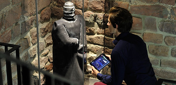 Bei einem Rundgang durch das Museum können Besucher mit einem Audioguide Mario Adorf lauschen, wie er die Überlieferungsgeschichte der Saga schildert. Foto: Stefan Blume