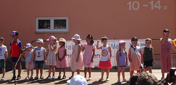 Das Highlight des Festes war das Bühnenprogramm der Kinder aus der Spiel- und Lernstube, welches Gesang, Tanz, Trommeln, Kampfsport und Show beinhaltete.