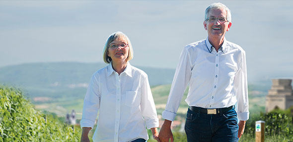 Die Teilnehmer wandern 3 km inmitten der grünen Weinberge. Dabei können sie an 8 Stationen die unterschiedlichen Weinsorten testen und den herrlichen Ausblick genießen.