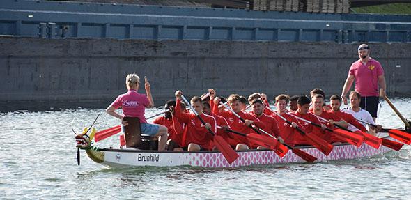 """Die Spieler der Wormatia Worms im Drachenboot """"Brunhild"""" mit den """"Pinkpaddlern"""" vom Faltbootclub Worms."""