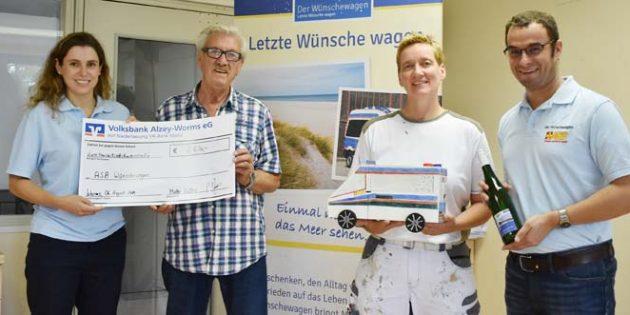 Auf ihrer Jubiläumsfeier sammelten Friedel und Pia Reißert stolze 2.630 Euro für den ASB-Wünschewagen, welche sie am Dienstagvormittag in den Räumen des ASB gerne überreichten. Foto: Florian Helfert