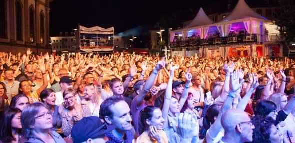 Zahlreiche Musikfans genießen das Konzert von Max Herre auf dem Marktplatz. Foto: Ina Pohl