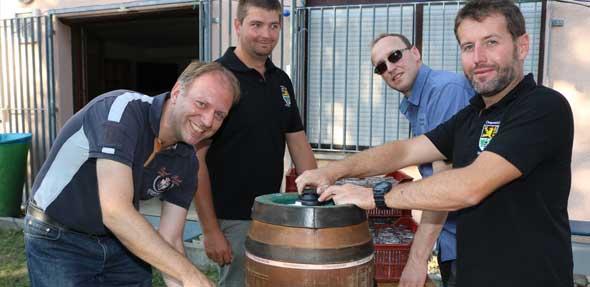 Fassbieranstich (von links): Bürgermeister Ansgar Münnemann eröffnet mit Martin Giloth, Matthias Bückermann und Frank Heuchert die Monzernheimer Kerwe. Foto: Julia Helwig