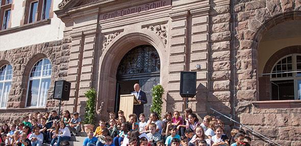 Nachdem die Schüler die Feier mit ihrem Willkommenslied eröffnet haben, berichtete Adolf Kessel von den Details der Generalsanierung. Foto: Ina Pohl