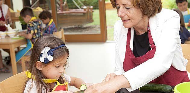 Ministerpräsidentin Malu Dreyer schneidet gemeinsam mit den Kita-Kindern das frische Gemüse. Foto: Ina Pohl
