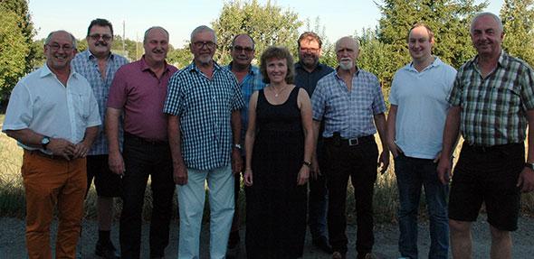 Karl Müller (3.von rechts) und Monika Stellmann (5.von rechts) im Kreise der Vertreter der Stiftungsgemeinden freuen sich über ihre Wiederwahl zum Vorsitzenden bzw. Finanzreferentin.